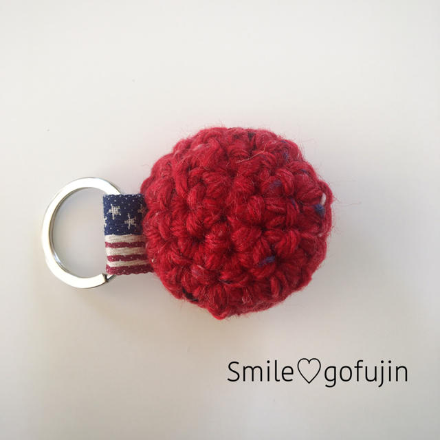 ツイード毛糸のニコちゃんキーホルダー 赤 ハンドメイドのアクセサリー(キーホルダー/ストラップ)の商品写真