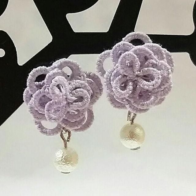 タティングレースのお花とシルクパールの樹脂ピアス:パープル ハンドメイドのアクセサリー(ピアス)の商品写真