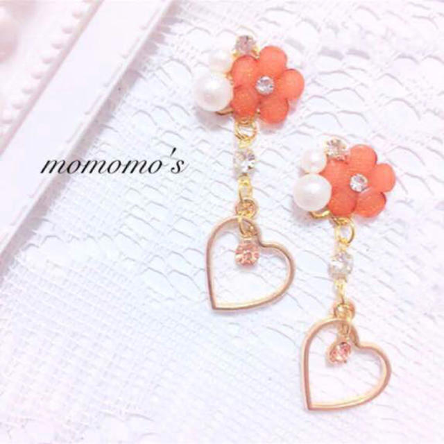 オレンジ色お花とラブリーハート ハンドメイドのアクセサリー(イヤリング)の商品写真