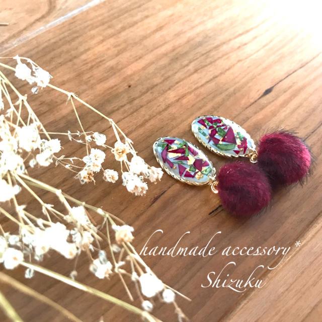 薔薇とワインレッドのファーのピアス ハンドメイドのアクセサリー(ピアス)の商品写真