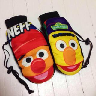 ネフ(Neff)の【新品】neff セサミストリート グローブ スキー スノーボード エルモ (ウエア/装備)
