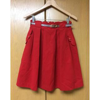 クイーンズコート(QUEENS COURT)のQUEENS COURTの赤バックスキン調膝丈スカート・2サイズ(ひざ丈スカート)