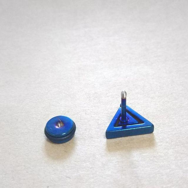 トライアングルピアス 片耳用★メタリックブルー メンズのアクセサリー(ピアス(両耳用))の商品写真