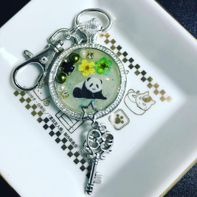光る!パンダとお花 ゆめかわキーホルダー シルバー ハンドメイドのアクセサリー(キーホルダー/ストラップ)の商品写真