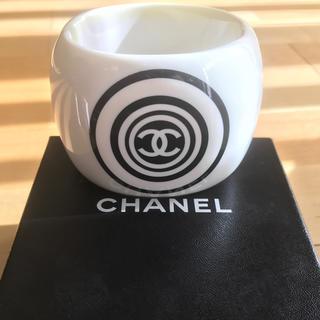 4e3f4c9a4141 シャネル(CHANEL)のシャネル 太バングル ココマーク 箱あり 白 CHANEL(ブレスレット