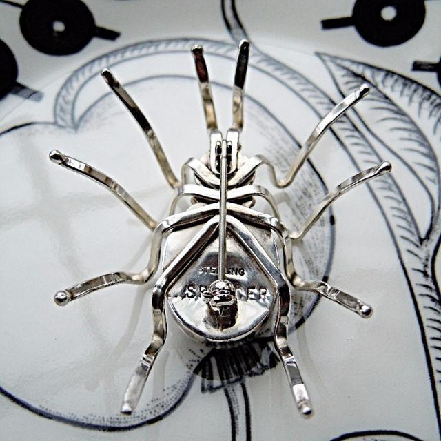 ☆ ブラック・スパイダーのブローチ(インディアンジュエリー) レディースのアクセサリー(ブローチ/コサージュ)の商品写真