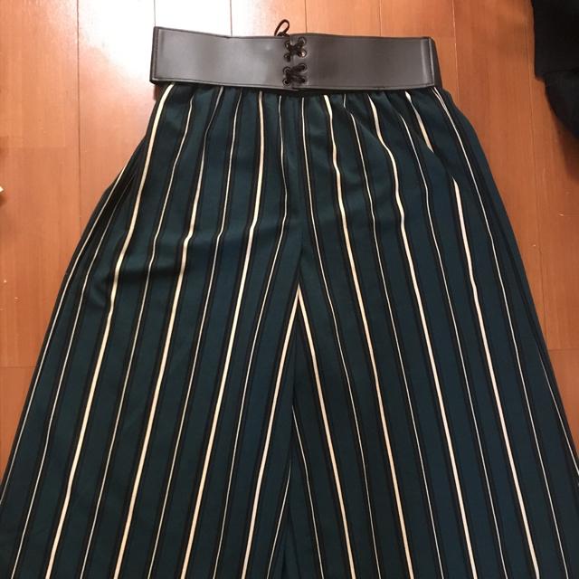 しまむら(シマムラ)のグリーンストライプワイドパンツ ベルト付き レディースのパンツ(その他)の商品写真