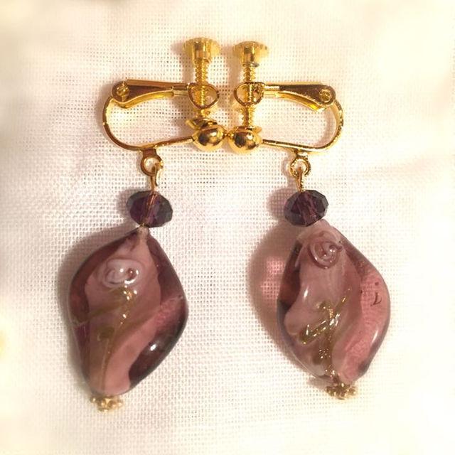ヴェネツィアンガラス風ひねり パープルフラワーのイアリング PPL ハンドメイドのアクセサリー(イヤリング)の商品写真