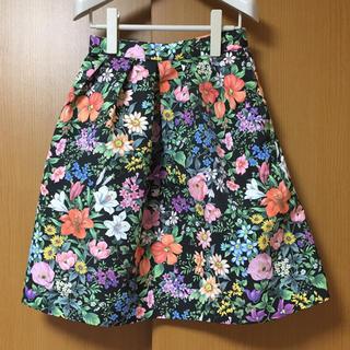 ティアラ(tiara)のティアラ Tiara メルローズ 花柄スカート黒(ひざ丈スカート)