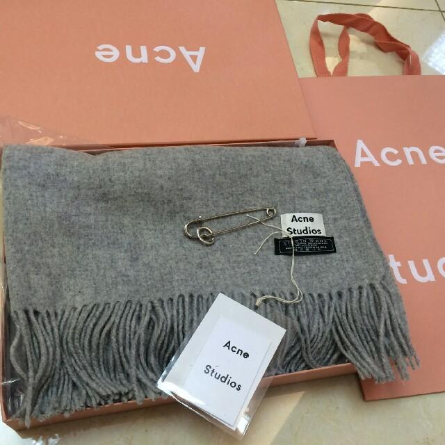 ACNE(アクネ)のAcneStudios大判アクネマフラーライトグレー正規品・新品未使用 レディースのファッション小物(マフラー/ショール)の商品写真