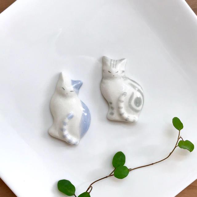 薄型猫の箸置き 淡いブルー×アメショシルバー ハンドメイド インテリア/住まい/日用品のキッチン/食器(カトラリー/箸)の商品写真