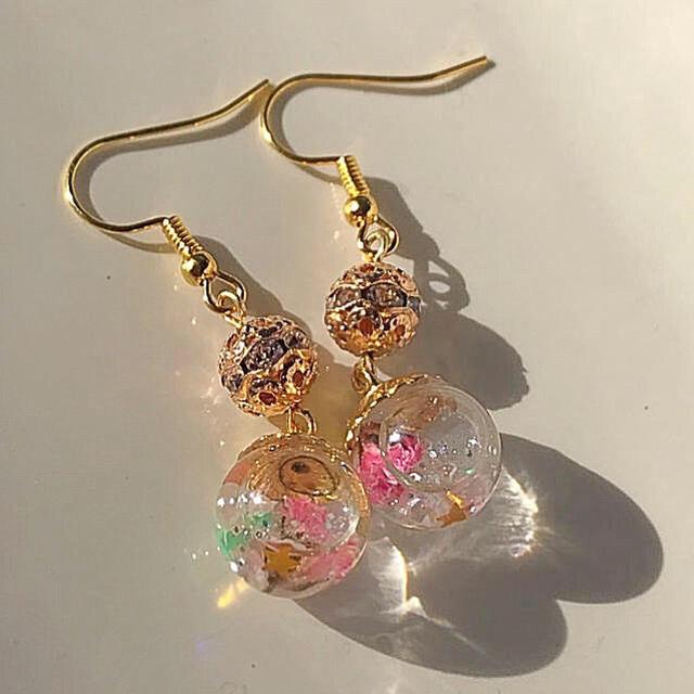 ガラスドームピアス(ゴールドとピンクのドライフラワー) ハンドメイドのアクセサリー(ピアス)の商品写真