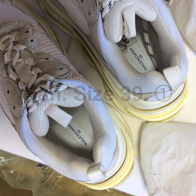 Balenciaga(バレンシアガ)の16日まで 最安値 サイズ39 BALENCIAGA triple s  白 メンズの靴/シューズ(スニーカー)の商品写真