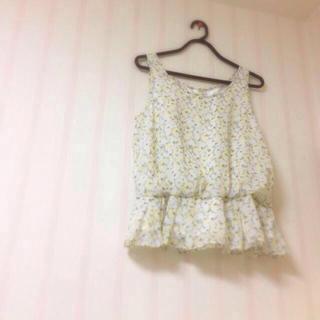 ミスティウーマン(mysty woman)の花柄ペプラムトップス(Tシャツ(半袖/袖なし))