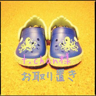クロックス(crocs)のcrocs 13㎝ サンダル(サンダル)