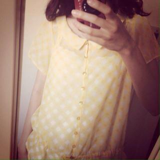 ジーユー(GU)の黄色のギンガムチェックトップス(シャツ/ブラウス(半袖/袖なし))
