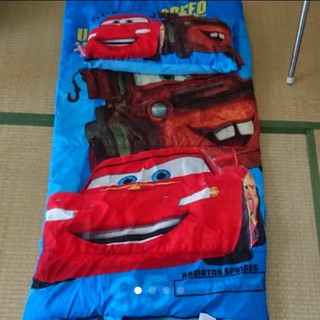 ディズニー(Disney)のカーズのかっこいい、ふわふわ寝袋と枕のセットです(布団)