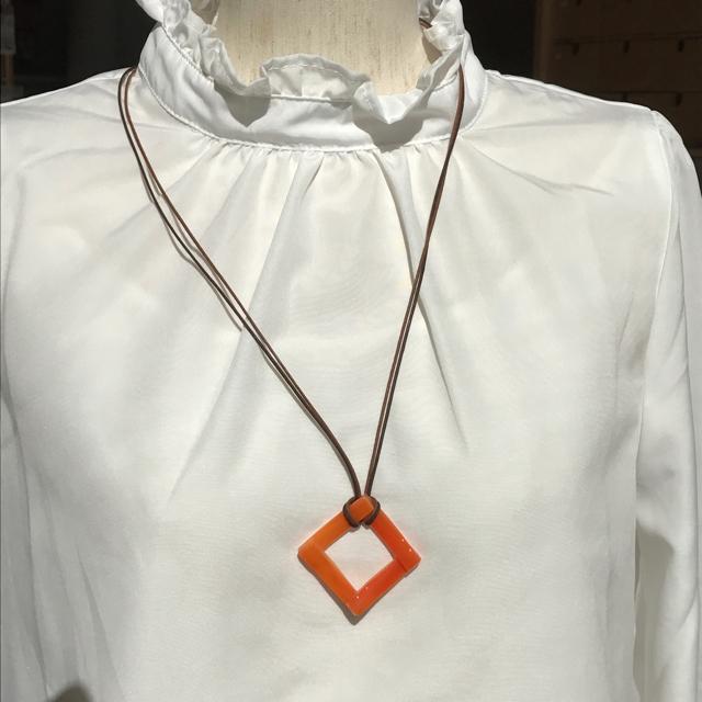 オレンジ四角ガラスのネックレス ハンドメイドのアクセサリー(ネックレス)の商品写真