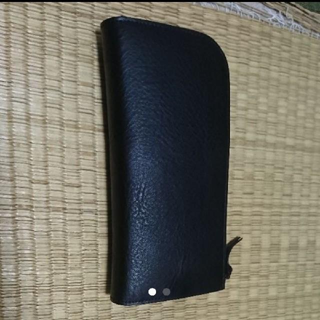黒い袋に長財布が入っています。