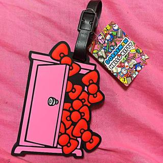 ハローキティ(ハローキティ)のハローキティ ドラえもん 限定コラボ どこでもドア ネームタグ ピンク 新品♥(パスケース/IDカードホルダー)