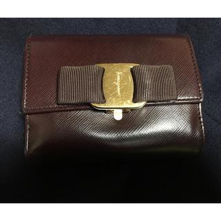 レディース FERRAGAMO ゴールド金具 型押し リボン コンパクト 未使用 財布 二つ折り財布 レザー クロコ 【中古】 薄緑 二つ折り ヴァラ フェラガモ