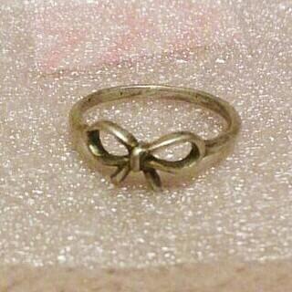 銀古美色リボンモチーフピンキーリング*新品未使用(リング(指輪))