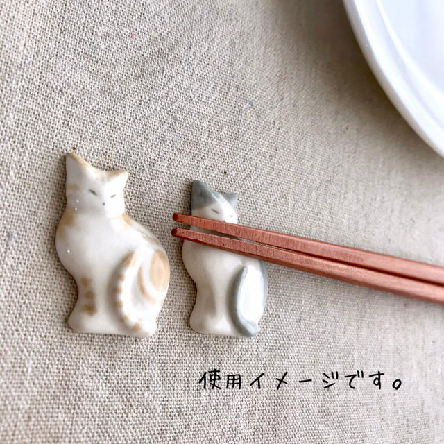 薄型猫の箸置き 茶(リボン)×グレー ハンドメイド  送料込 インテリア/住まい/日用品のキッチン/食器(カトラリー/箸)の商品写真