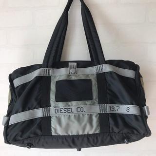 ディーゼル(DIESEL)のディーゼル バイカラー ロゴ刺繍 ボストンバッグ ブラック×グレー ユニセックス(ボストンバッグ)