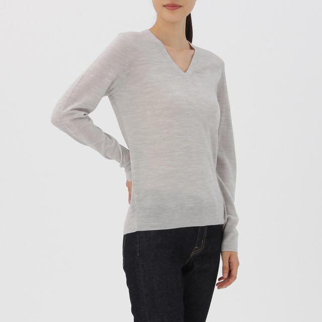MUJI (無印良品)(ムジルシリョウヒン)の無印良品 ウールシルク洗えるVネックセーター ライトグレー レディースのトップス(ニット/セーター)の商品写真