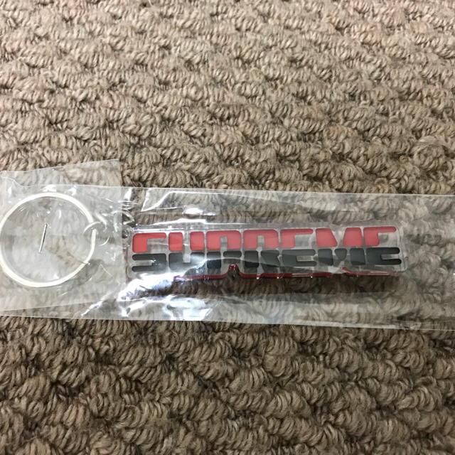 Supreme(シュプリーム)のシュプリーム エンボス キーホルダー 赤 新品 未開封 メンズのファッション小物(キーホルダー)の商品写真