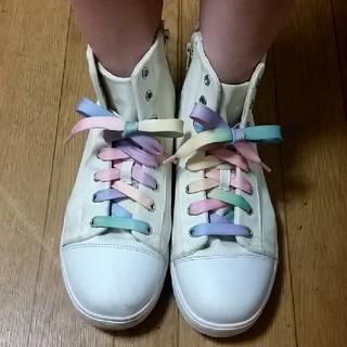 シマムラ(しまむら)のオフホワイト スニーカー レインボー 靴ひも フィント リズリサ 系(スニーカー)