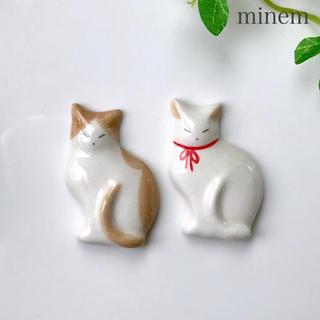薄型猫の箸置き 茶×白(リボン) ハンドメイド   送料込み(カトラリー/箸)