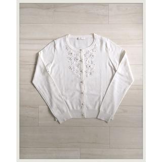 アベニールエトワール(Aveniretoile)のアベニールエトワール ビジュー 木馬リボン刺繍カーディガン ホワイト(カーディガン)
