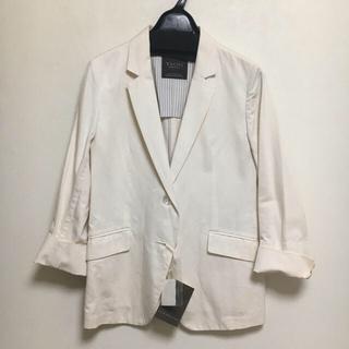 イヴォン(YVON)のタグ付き新品 YVON 白 テーラードジャケット(テーラードジャケット)