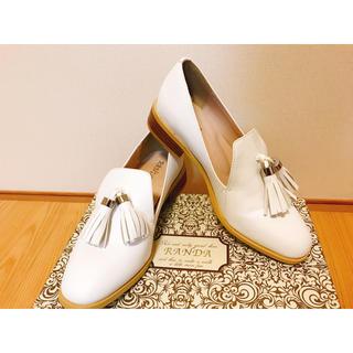 ランダ(RANDA)の【RANDA 白 タッセル ローファー】新品同様 即購入OK(ローファー/革靴)