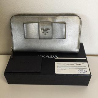 プラダ(PRADA)の【PRADA】サフィアーノリボン付きラウンドファスナー長財布/シルバー✨(財布)