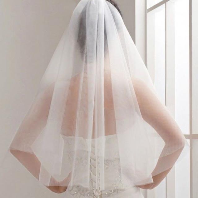 【新品】軽くてシンプルなウエディングベール オフホワイト*2段*腰丈*コーム付 レディースのフォーマル/ドレス(ウェディングドレス)の商品写真