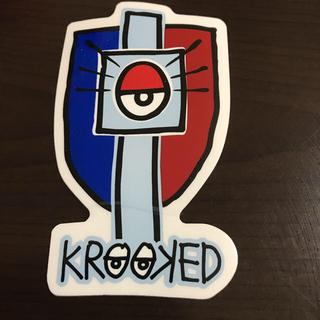 クルキッド(KROOKED)の【縦10.2cm横6cm】krooked ステッカー サービス品(ステッカー)