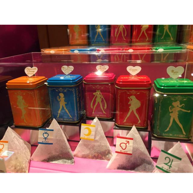 セーラームーン(セーラームーン)の送料込み  USJ 美少女戦士 セーラームーン 紅茶 5缶 セット ユニバ 食品/飲料/酒の飲料(茶)の商品写真
