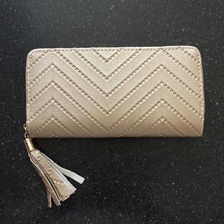 新品 ゴールドカラーフリンジ付き長財布(財布)