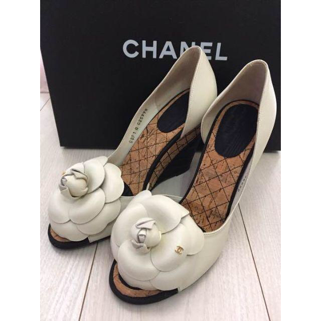 CHANEL(シャネル)のシャネル CHANEL カメリアパンプス ホワイト レディースの靴/シューズ(ハイヒール/パンプス)の商品写真