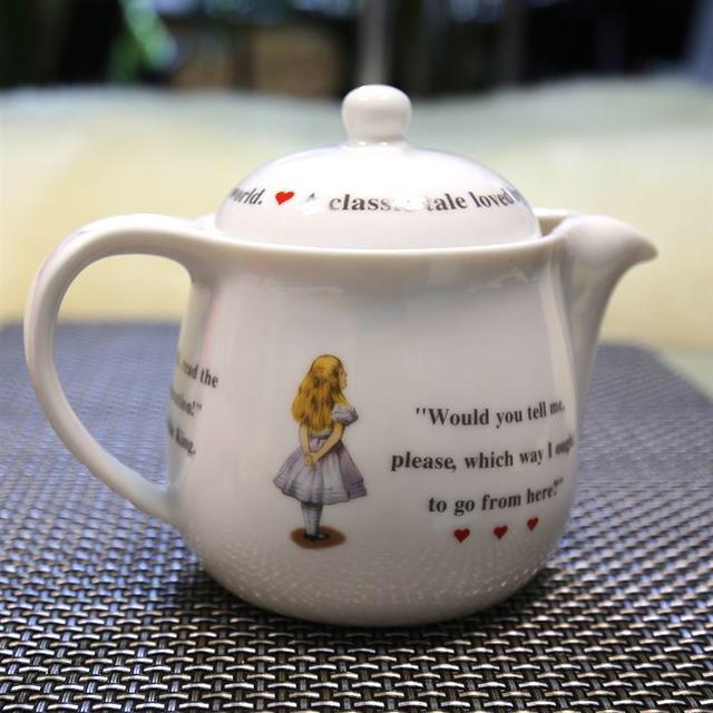 Disney(ディズニー)の前畑陶器★THE MACMILLAN ALICE 不思議の国のアリス ポット インテリア/住まい/日用品のキッチン/食器(食器)の商品写真