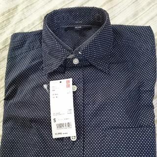 ユニクロ(UNIQLO)の黒ドット柄メンズシャツ(シャツ)