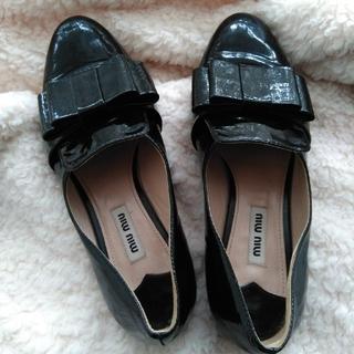 ミュウミュウ(miumiu)のmiumiuエナメルローファー(ローファー/革靴)