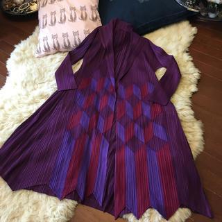 イッセイミヤケ(ISSEY MIYAKE)の専用イッセイミヤケプリーツプリーズ 今期品 素敵なプラム色の羽織 未使用(ロングコート)