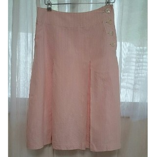 バーニーズニューヨーク(BARNEYS NEW YORK)のシルク使用 ストライプ ボーダー デザイン 淡い桜色 ピンク × 白 ホワイト (ひざ丈スカート)
