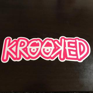 クルキッド(KROOKED)の【縦7.6cm横24.2cm】krooked ステッカー(ステッカー)