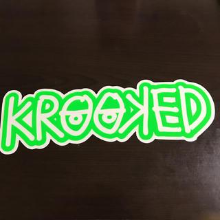 クルキッド(KROOKED)の】縦7.6cm横24.2cm】krooked ステッカー(ステッカー)