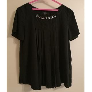 インディヴィ(INDIVI)のINDIVI インディヴィ胸元ビジュー カットソー 黒(カットソー(半袖/袖なし))
