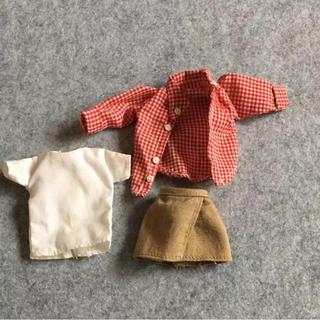 赤チェックのポロシャツ、ベージュのミニスカート、白のシャツ(知育玩具)